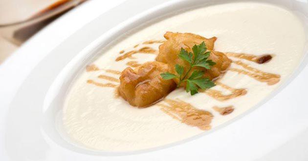 Receta de crema de coliflor con buñuelos y vinagreta de miel
