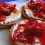 Receta de canapés de queso con pimientos caramelizados