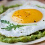 Receta de huevo estrellado con guacamole