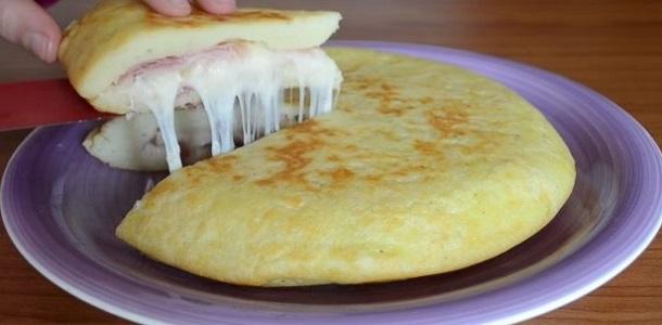Tortilla de papas rellena con jamón y queso